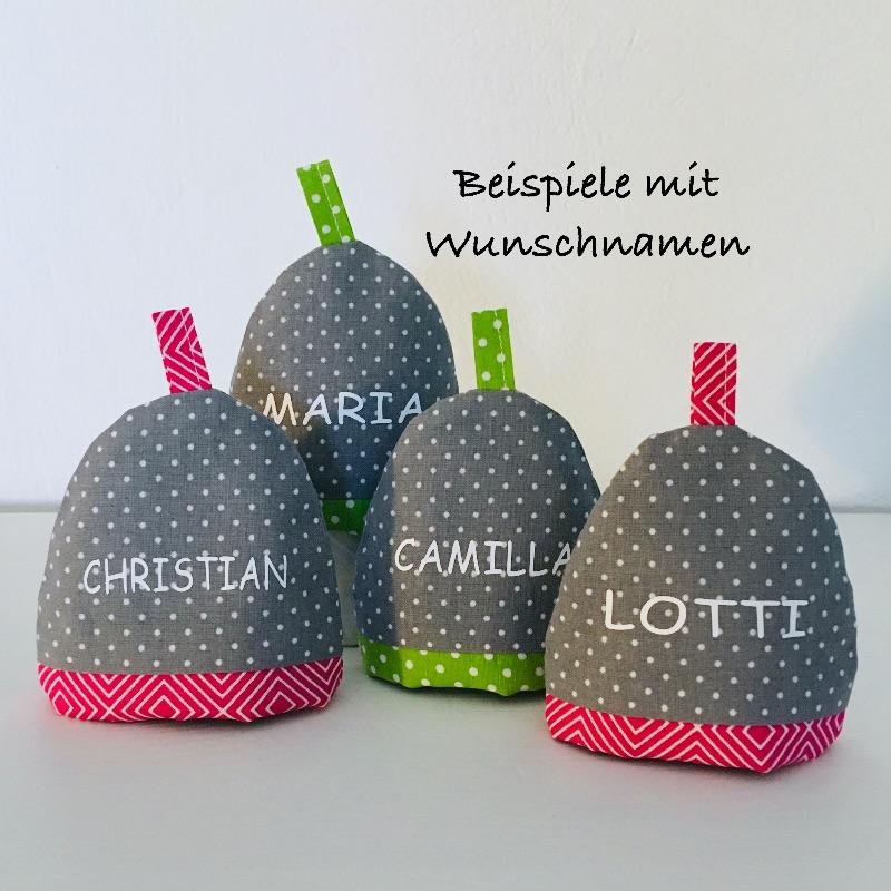 Kleinesbild - 2-er Set Eierwärmer mit Namen, Eierhütchen, Eiermütze, handgefertigt, personalisierbar, Baumwolle, grau / beere