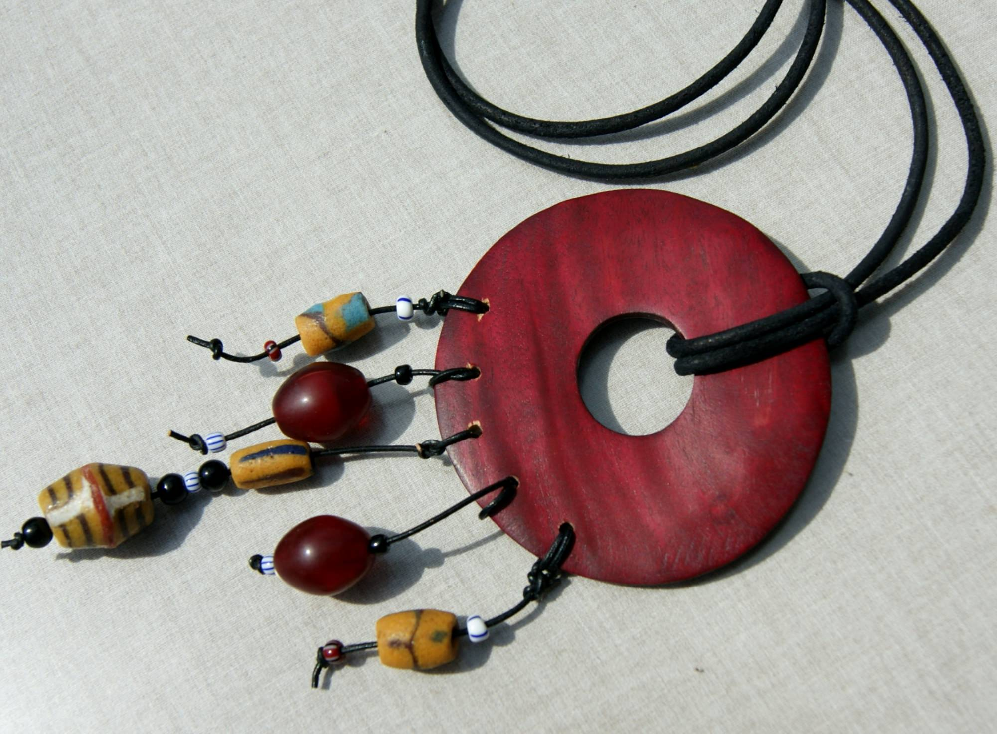 Kleinesbild - Anhänger Donut afrikanische Perlen king beads Lederband Unikat Krobo Holz exotisch ausgefallen