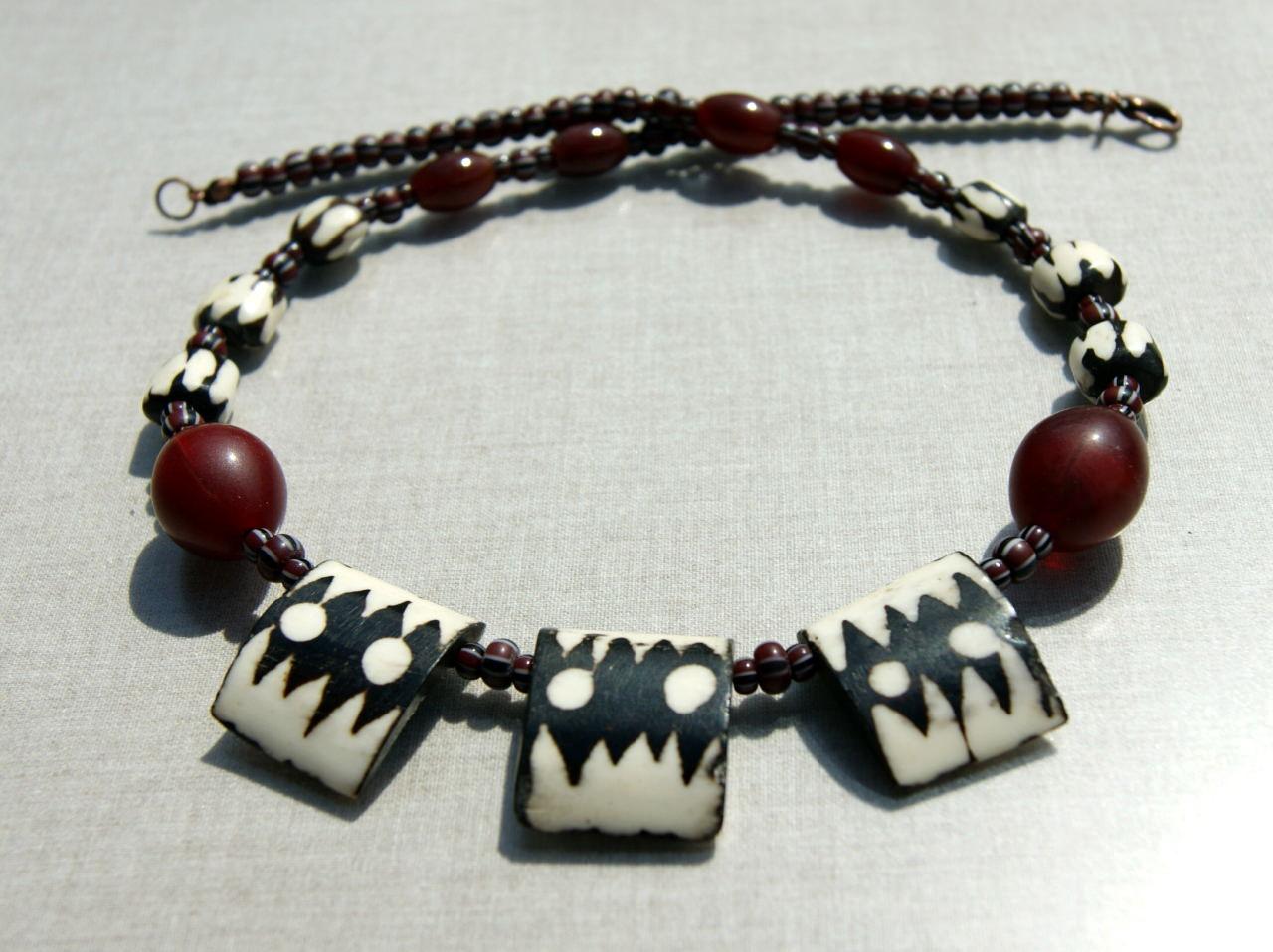 Kleinesbild - Collier ZAUBER AFRIKAS gebatikte Knochenperlen Tuareg afrikanische Handelsperlen Karneol rot schwarz weiß  Unikat