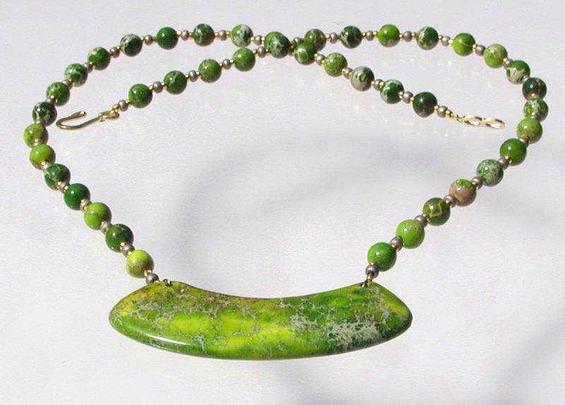 - ausgefallenes Collier aus grünem Sediment - Jaspis Bogen Anhänger Unikat - ausgefallenes Collier aus grünem Sediment - Jaspis Bogen Anhänger Unikat