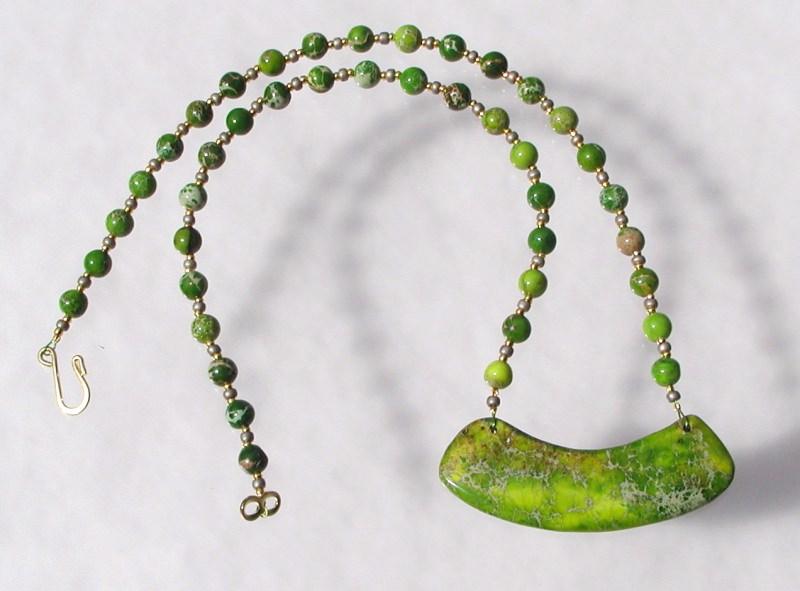 Kleinesbild - ausgefallenes Collier aus grünem Sediment - Jaspis Bogen Anhänger Unikat