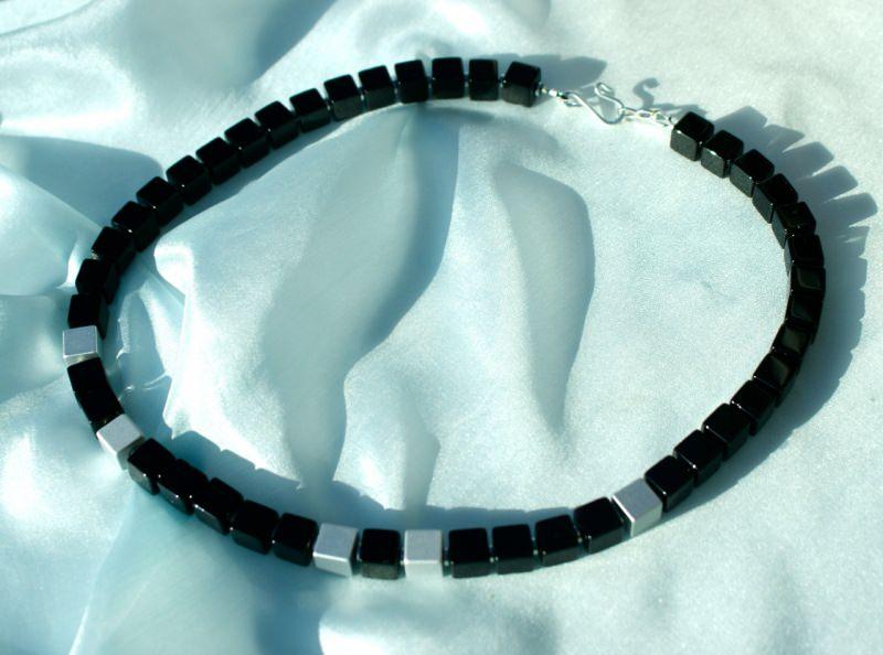 Kleinesbild - Kette KONTRASTE Würfel Onyx Aluminium eloxiert schwarz silber matt glänzend Hämatit dezent elegant