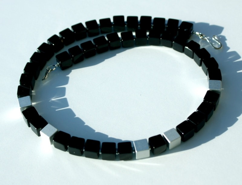 - Kette KONTRASTE Würfel Onyx Aluminium eloxiert schwarz silber matt glänzend Hämatit dezent elegant - Kette KONTRASTE Würfel Onyx Aluminium eloxiert schwarz silber matt glänzend Hämatit dezent elegant