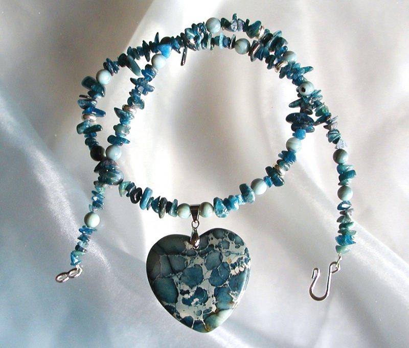 Kleinesbild - Anhänger Kette GEBROCHENES HERZ Sediment Jaspis Kyanit Disthen Perlmutt Steinschmuck Unikat blau blaugrün edel romantisch