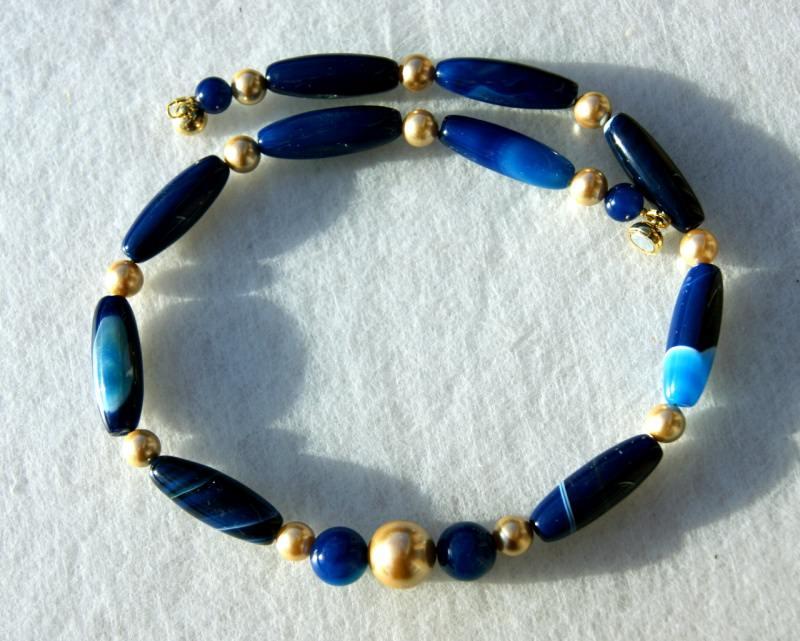 Kleinesbild - Halskette BLAU GOLD Achat gebändert dunkelblau Muschelkernperlen Edelsteinschmuck Unikat elegant