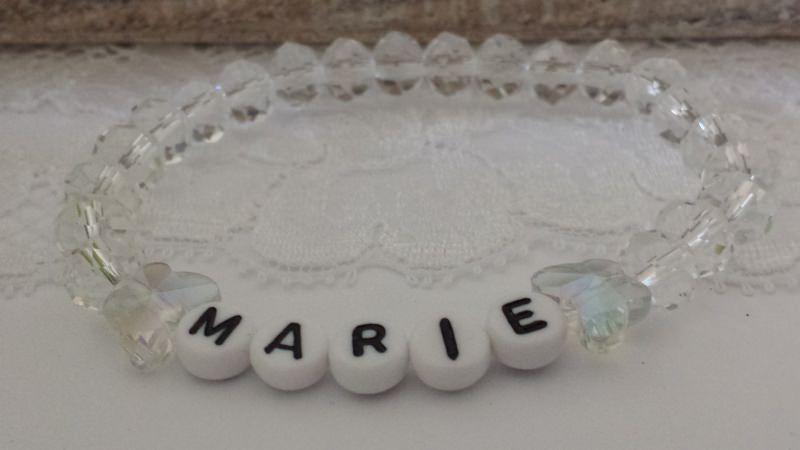 Kleinesbild - Personalisierbares Armband Wunschname Namensarmband handgefertigt geschliffene Glasperlen und Schmetterlingsperlen Geschenk Erinnerung Frauen