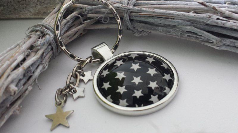 Kleinesbild - Sterne schwarz/weißer Sternenhimmel handgefertigter Cabochonschlüsselanhänger als Erinnerung oder zum Trostspenden