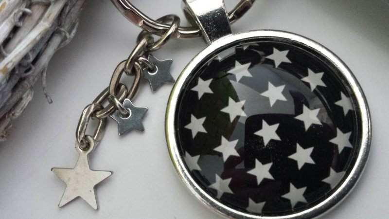 - Sterne schwarz/weißer Sternenhimmel handgefertigter Cabochonschlüsselanhänger als Erinnerung oder zum Trostspenden - Sterne schwarz/weißer Sternenhimmel handgefertigter Cabochonschlüsselanhänger als Erinnerung oder zum Trostspenden