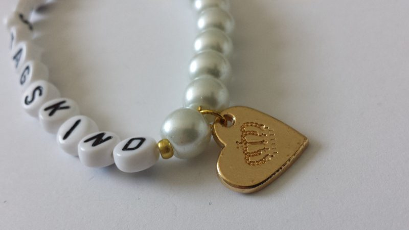 Kleinesbild - Tolles Geburtstagskind Armband handgefertigt weiße Glaswachsperlen und goldfarbene Krone Geschenk zum Geburtstag Frauen