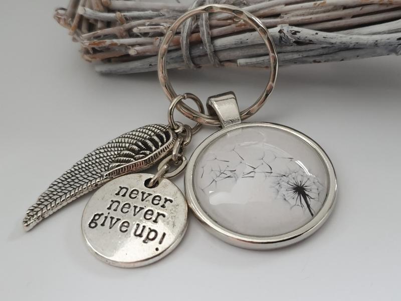 Kleinesbild - Gib niemals auf never give up Spruch Schlüsselanhänger Glascabochon Pusteblumen handgefertigt mit Metallanhängern als Mutmacher Geschenk Frau Mann