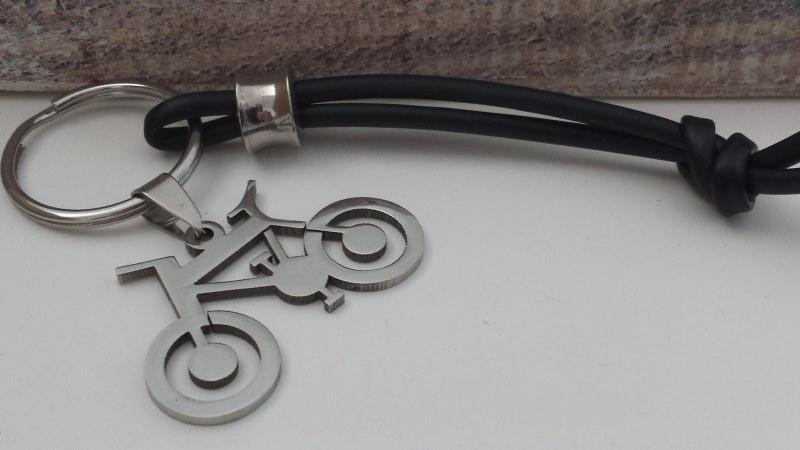- Besonderer Fahrrad Schlüsselanhänger als Glücksbringer für alle Radsportler aus Edelstahl und Kautschuk handgefertigt - Besonderer Fahrrad Schlüsselanhänger als Glücksbringer für alle Radsportler aus Edelstahl und Kautschuk handgefertigt