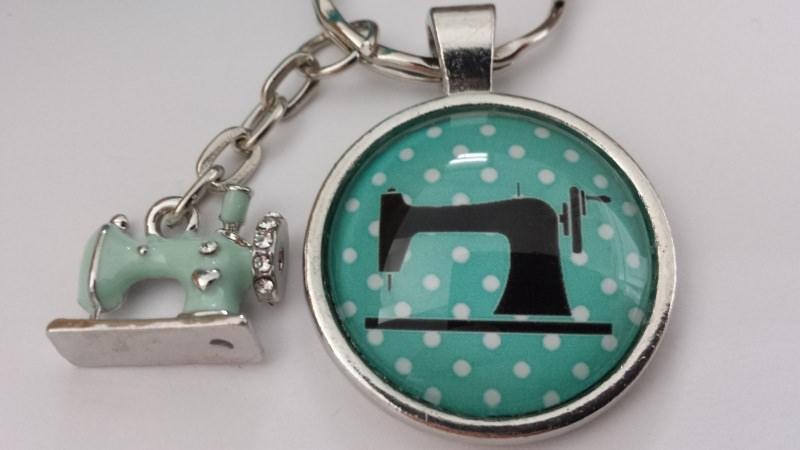 Kleinesbild - Nähmaschine Schlüsselanhänger Glascabochon handgefertigt Geschenk Frauen Freundin Schneidern Nähen Hobby