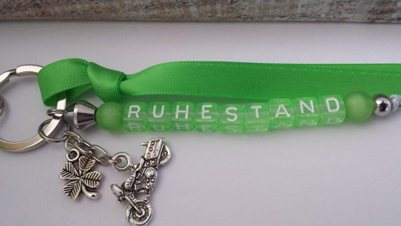 Kleinesbild - Toller Ruhestand Schlüsselanhänger handgefertigt mit Buchstabenperlen grün und Motorradanhänger als besonderes Abschiedsgeschenk für Kollegen