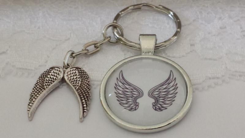 Kleinesbild - Flügel Engel Schlüsselanhänger Glascabochon mit Flügelpaar Geschenk Frauen zum Trostspenden Trauer Glaube