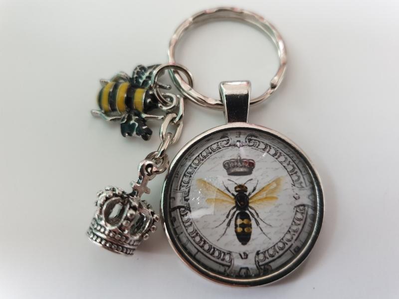 Kleinesbild - Biene Bienenkönigin Schlüsselanhänger Glascabochon handgefertigt mit Biene und Krone Geschenk Frauen Freundin Imker