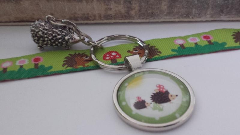 Kleinesbild - Igel Schlüsselanhänger handgefertigter toller Glascabochonanhänger mit dem Motiv zweier niedlicher Igel und einem hübschen Igelanhänger