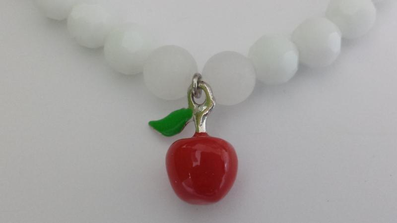 Kleinesbild -  Wunderschönes Apfel weißes Perlenarmband handgefertigt mit einem roten Apfel Metallanhänger Geschenk Frauen Mädchen Freundin