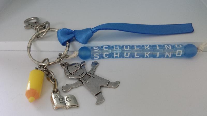 Kleinesbild - Niedliches Einschulungsgeschenk Schulkind Schlüsselanhänger mit Buntstiftanhänger personalisierbar für Jungen Glücksbringer zum 1.Schultag
