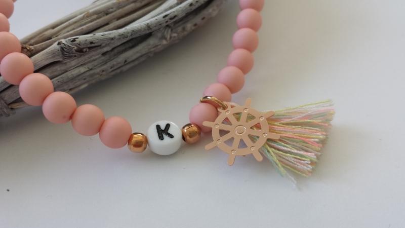 Kleinesbild - Initialen Buchstaben Armband personalisierbar mit Steuerrad und Quaste handgefertigt Acrylperlen Geschenk Frauen Freundin