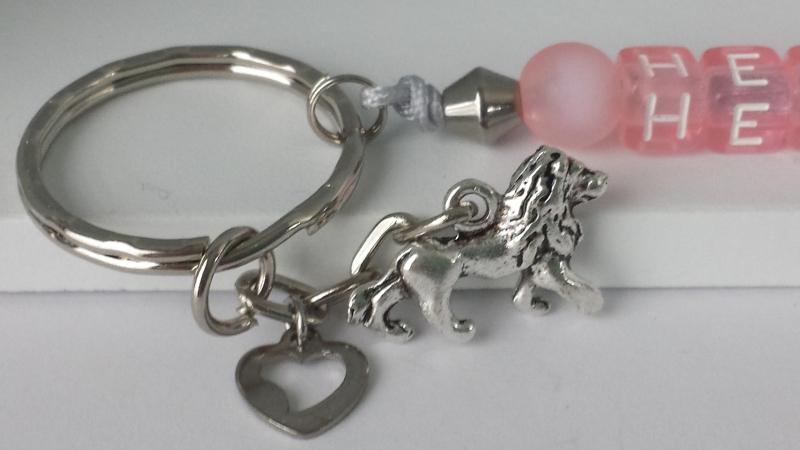 Kleinesbild - Heldin Schlüsselanhänger aus Buchstabenperlen rosa  handgefertigt mit Löwenanhänger und Herz Geschenk Mädchen und Frauen Mutmacher