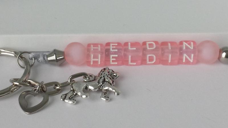 - Heldin Schlüsselanhänger aus Buchstabenperlen rosa  handgefertigt mit Löwenanhänger und Herz Geschenk Mädchen und Frauen Mutmacher - Heldin Schlüsselanhänger aus Buchstabenperlen rosa  handgefertigt mit Löwenanhänger und Herz Geschenk Mädchen und Frauen Mutmacher