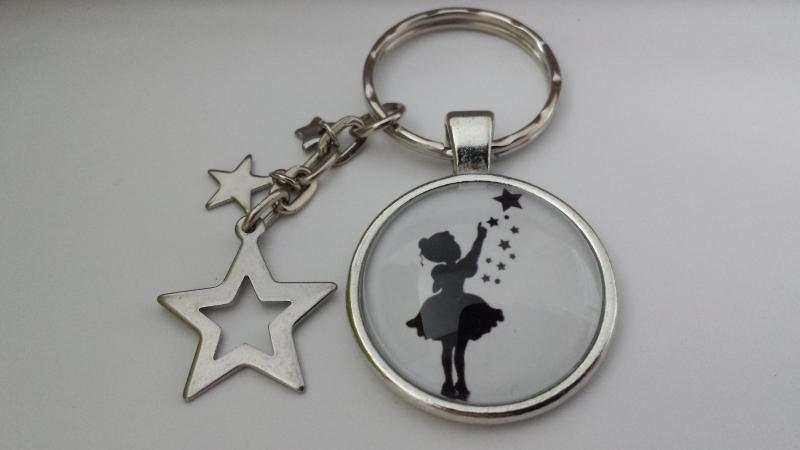- Sternen Mädchen Schlüsselanhänger Glascabochon handgefertigt Märchenfigur Sternenkind mit Sternenanhänger Geschenk Frauen Mädchen Trostspender Erinnerung - Sternen Mädchen Schlüsselanhänger Glascabochon handgefertigt Märchenfigur Sternenkind mit Sternenanhänger Geschenk Frauen Mädchen Trostspender Erinnerung