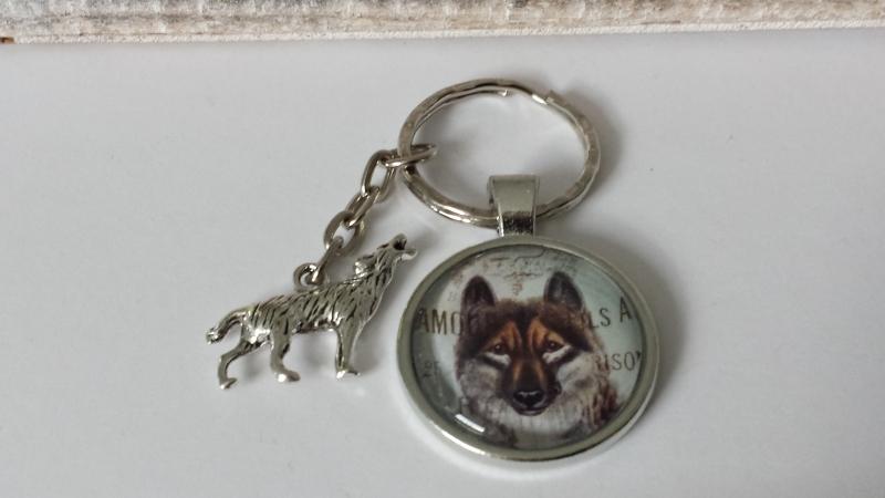 Kleinesbild - Schöner Wolf Schlüsselanhänger Glascabochon handgefertigt mit Metallanhänger Wolf Accessoire Indianer Geschenk Frauen Männer