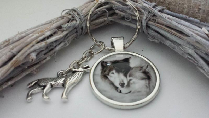 Kleinesbild - Wölfe Wolfspaar Schlüsselanhänger Glascabochon handgefertigt Indianer Accessoire Geschenk Frauen Männer Liebe Jahrestag