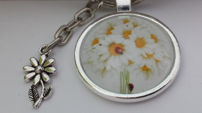 Kleinesbild - Schöner Margeriten Strauß Schlüsselanhänger handgefertigt Glascabochon weiße Blumen Metallanhänger tolles Geschenk für Frauen
