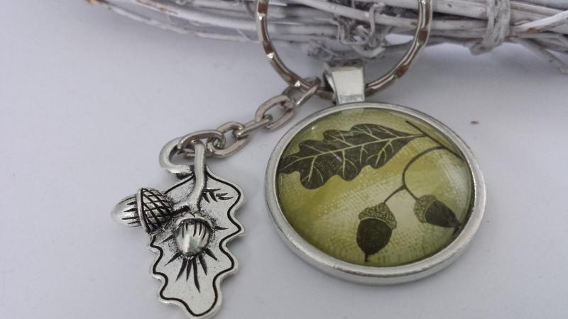 Kleinesbild - Eicheln Blatt Schlüsselanhänger Glascabochon handgefertigt mit Metallanhänger Eicheln auf Blatt tolles Geschenk Männer Förster Jäger Trachtenaccessoire