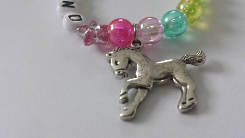 Kleinesbild - Niedliches Ferienkind Kinderarmband Buchstabenperlen handgefertigt mit Pferde Anhänger Geschenk Mädchen Ferien Urlaub Zeugnis