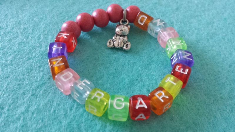 Kleinesbild - Niedliches Kindergartenkind Armband handgefertigt bunte Buchstabenperlen mit Bärchenanhänger Glücksbringer 1.Tag Kindergarten Geschenk für Kinder