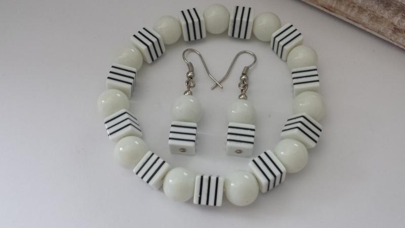 Kleinesbild - Schlichtes weiß-schwarzes Schmuckset Armband und Ohrringe mit Streifen handgefertigt Geschenk Frauen Freundin