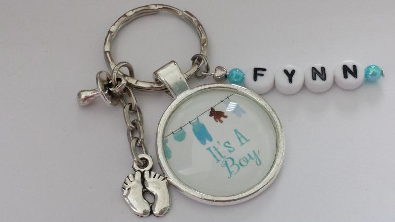 Kleinesbild - Geburtsgeschenk Baby Junge Glascabochonanhänger personalisierbar handgefertigt mit Buchstabenanhänger Namen als persönliches Geschenk Frauen Männer