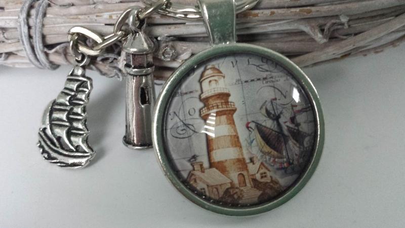 - Leuchtturm Schlüsselanhänger handgefertigt Glascabochon mit Metallanhängern Segelschiff Leuchtturm Geschenk Männer  - Leuchtturm Schlüsselanhänger handgefertigt Glascabochon mit Metallanhängern Segelschiff Leuchtturm Geschenk Männer
