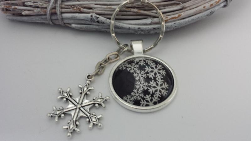 Kleinesbild - Schneeflocken Schlüsselanhänger Schneekristall Snowflake handgefertigt Glascabochon mit Metallanhänger Geschenk Frauen Freundin Winter