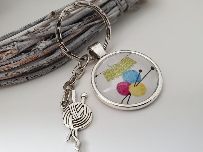 Kleinesbild - Stricken Strickzeug Wolle Schlüsselanhänger Glascabochon handgefertigt mit Metallanhänger Geschenk Dankeschön Frauen Freundin Mama  Strickerin