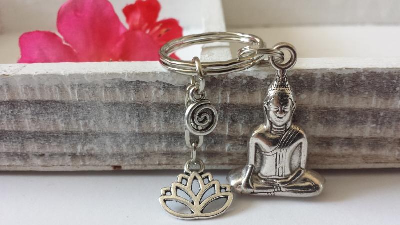 - Buddha Lotus Schlüsselanhänger handgefertigt mit Spiralanhänger Geschenk Frauen Freundin Yogalehrerin mit Karte   - Buddha Lotus Schlüsselanhänger handgefertigt mit Spiralanhänger Geschenk Frauen Freundin Yogalehrerin mit Karte