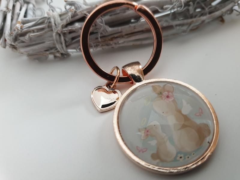 Kleinesbild - Hasen Mama mit Kind Schlüsselanhänger Glascabochon Anhänger rosegoldfarben handgefertigt Geschenk Frauen Mama Ostern