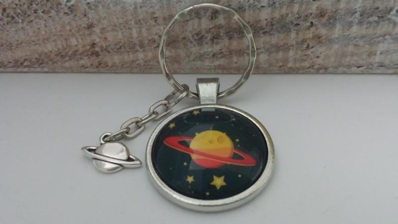 Kleinesbild - Saturn Planeten Weltraum Schlüsselanhänger Glascabochonanhänger handgefertigt Geschenk Kinder Frauen Männer