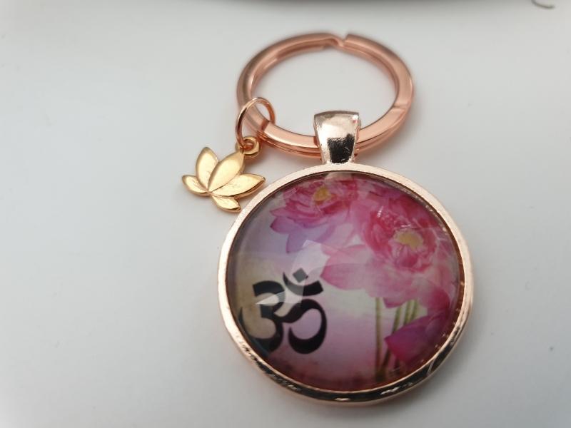 Kleinesbild - Lotus Om Schlüsselanhänger handgefertigt rosègoldfarben mit Lotusblüten Anhänger Geschenk Frauen Freundin Yoga Namaste