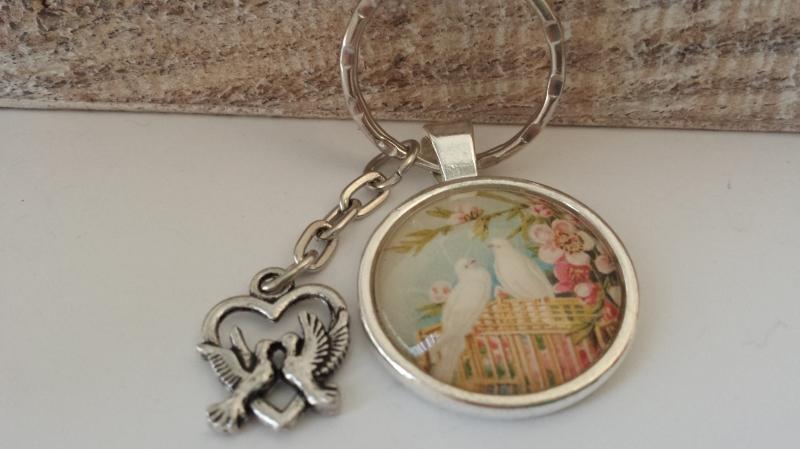 Kleinesbild - Weiße Tauben Schlüsselanhänger Glascabochon handgefertigt Vögel Tauben Paar Geschenk Hochzeit Brautpaar