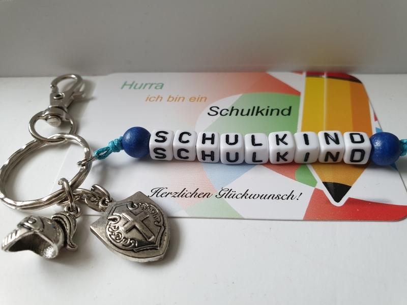 Kleinesbild - Einschulungsgeschenk Schulkind Ritter Schlüsselanhänger handgefertigt mit Ritterhelm und Schild Geschenk Kinder Junge Schulanfang