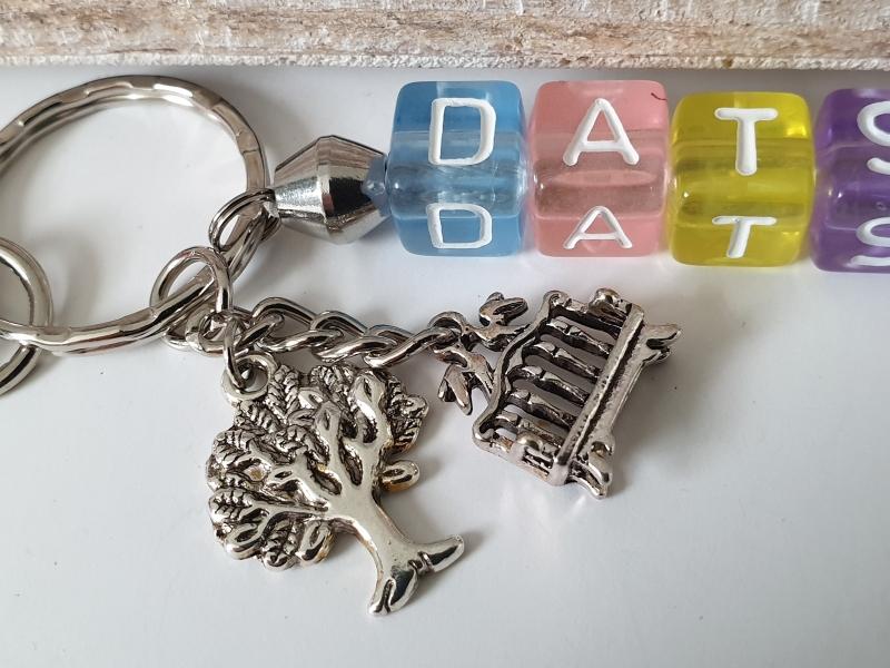 Kleinesbild - Datsche Schlüsselanhänger mit Buchstabenperlen Metallanhänger Baum Bank Geschenk Frauen Männer
