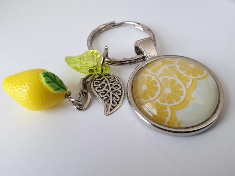Kleinesbild - Zitronen Schlüsselanhänger handgefertigt Glascabochon mit Anhängern Zitrone Blättern tolles Geschenk Freundschaft Frauen Freundin
