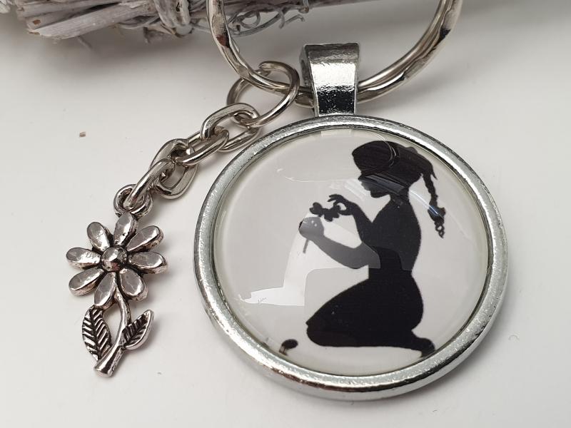 Kleinesbild - Mädchen mit Blume Schlüsselanhänger Silhouetten Glascabochon handgefertigt mit Metallanhänger Blume Geschenk Freundin Frauen