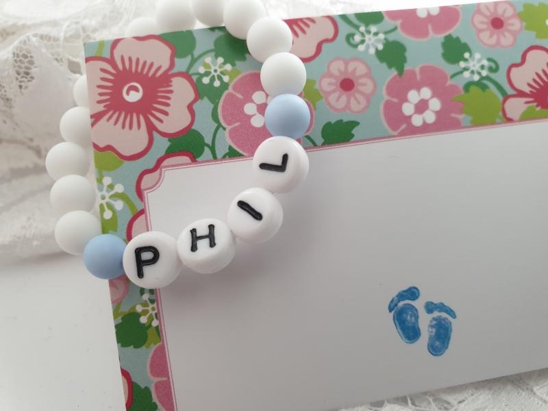 Kleinesbild - Baby Armband mit Namen Junge handgefertigt Geschenk Geburt Baby Taufe Besuch Krankenhaus Geschenkset