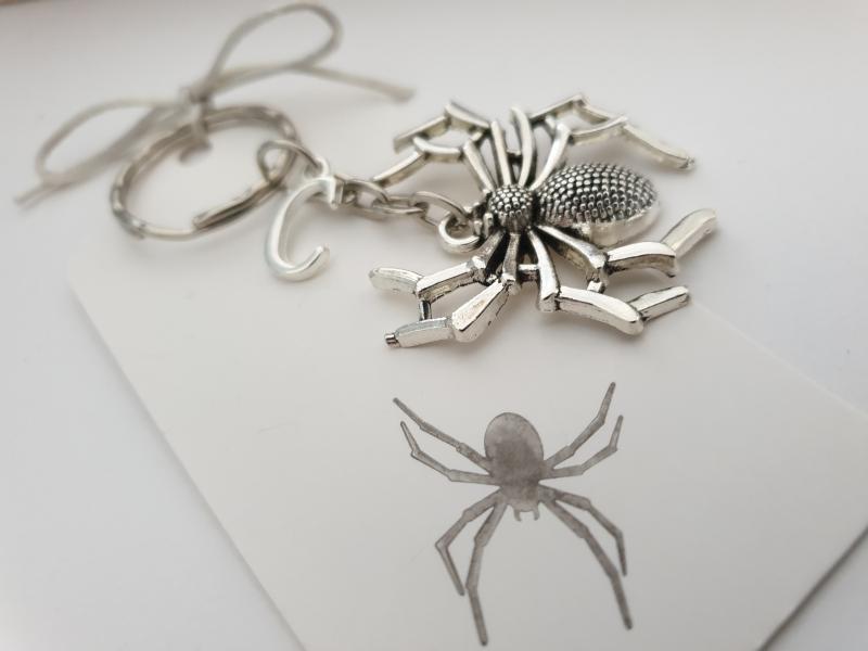 Kleinesbild - Spinne Schlüsselanhänger mit Initialen personalisierbar Geschenk Frauen Männer Gothic Halloween