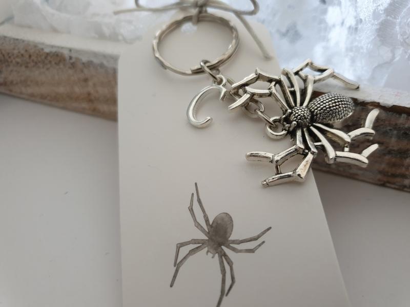 - Spinne Schlüsselanhänger mit Initialen personalisierbar Geschenk Frauen Männer Gothic Halloween - Spinne Schlüsselanhänger mit Initialen personalisierbar Geschenk Frauen Männer Gothic Halloween