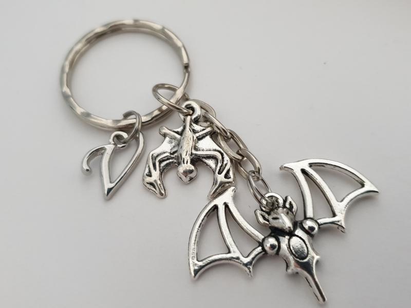 Kleinesbild - Fledermaus Schlüsselanhänger mit Initialen personalisierbar Geschenk Frauen Männer Gothic Halloween